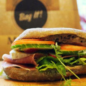 Sandwich med lufttørret skinke, brie, tomat, salat og pesto