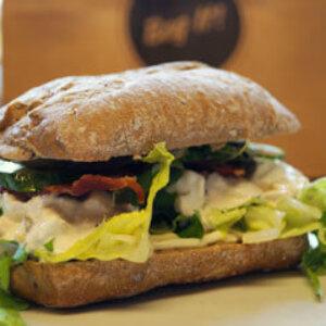 Sandwich med Meineche´s kyllingesalat, bacon, agurk og salat