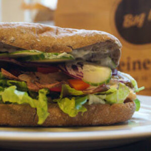 Sandwich med Roastbeef, drueagurk, pickles, rødløg og salat