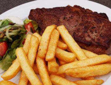 Steak af smagfuld og mør oksefilet incl. pommes frites, bearnaise, salat og dressing