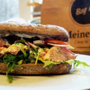 Sandwich med varmrøget laks, tzatiki, sesam, salat og creme fraichedressing