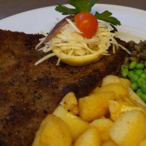 Wienerschnitzel, braset kartoffel og ærter