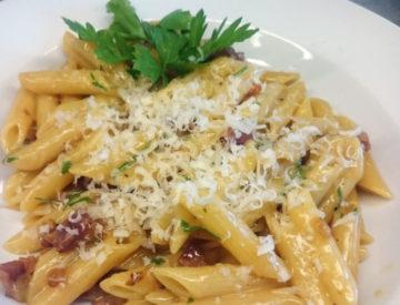 Fennikelpølse, gedeost, cornichon, salat og pesto