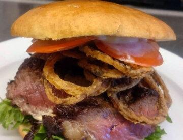 Steakburger i brioche bolle med frites og mayo